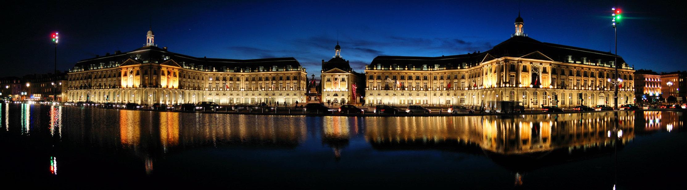 Place de la Bourse, Bordeaux. Il punto di partenza di questo viaggio. La piazza è riflessa nello specchio d'acqua più grande del mondo